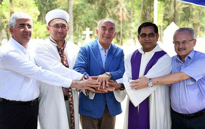 """Mersin'de """"Dinlerin Buluşması""""! Semavi Dinlerin Temsilcileri Akbelen Mezarlığı'nda Buluştu"""