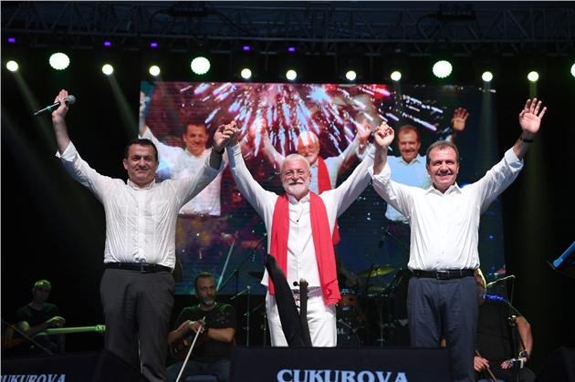 Mersin'de Zafer Coşkusu Onur Akın ve Özlem Özdil Konserleri İle Taçlandı