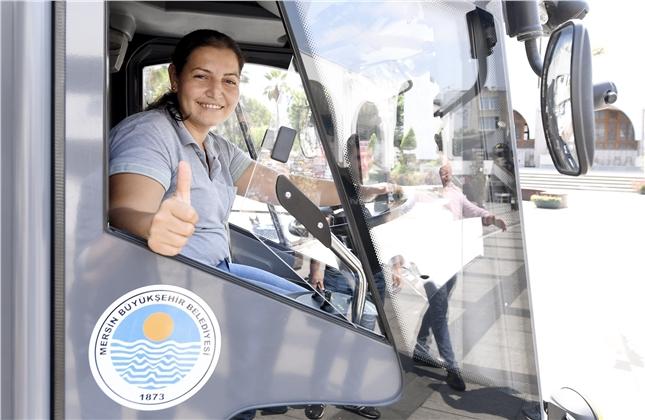 Mersin'in Tek Kadın Yol Süpürme Aracı Şoförü: Ayşe Abla