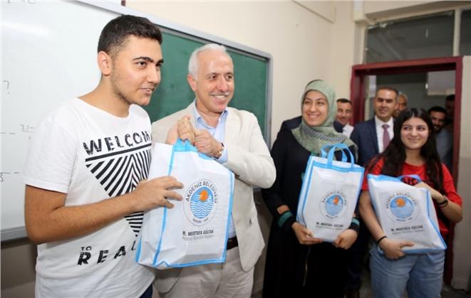 Başkan Mustafa Gültak, Gençlere Üniversite Hazırlık Kitapları Hediye Etti