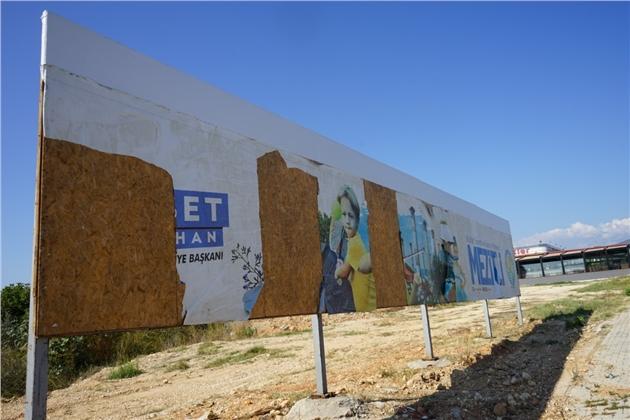 Mezitli Belediyesi'nin Billboardlarına Çirkin Saldırı