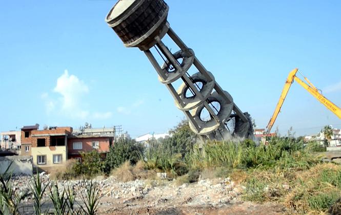 Tehlike Yaratan Su Kulesi Kontrollü Bir Şekilde Yıkıldı