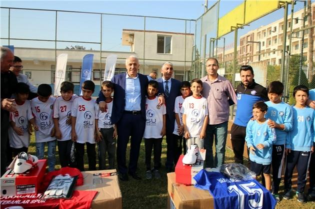 Akdeniz Belediye Başkanı Mustafa Gültak, Amatör Spor Kulüplerine Malzeme Desteğinde Bulundu