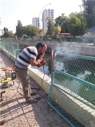 Büyükşehir Ekipleri, Tarsus'ta Korkulukları Onarıyor
