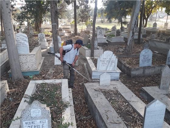 Büyükşehir Ekipleri, Tarsus'ta Bağlı Mahallelerin Mezarlıklarını Temizliyor