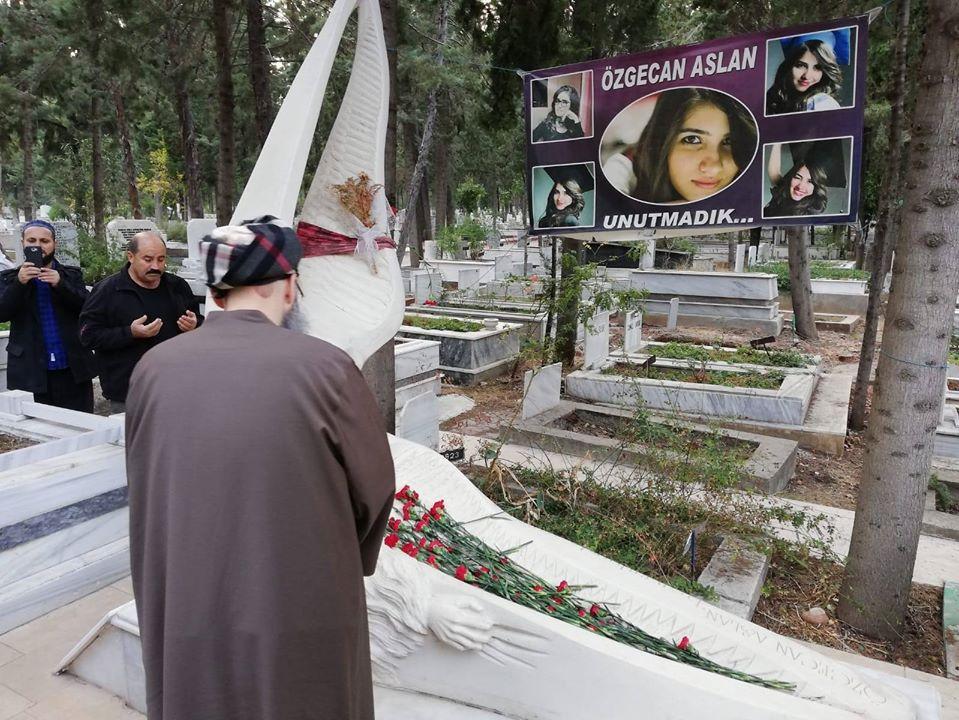 Cüppeli Ahmet Hoca Mersin'de Özgecan Aslan'ın Kabrini Ziyaret Etti