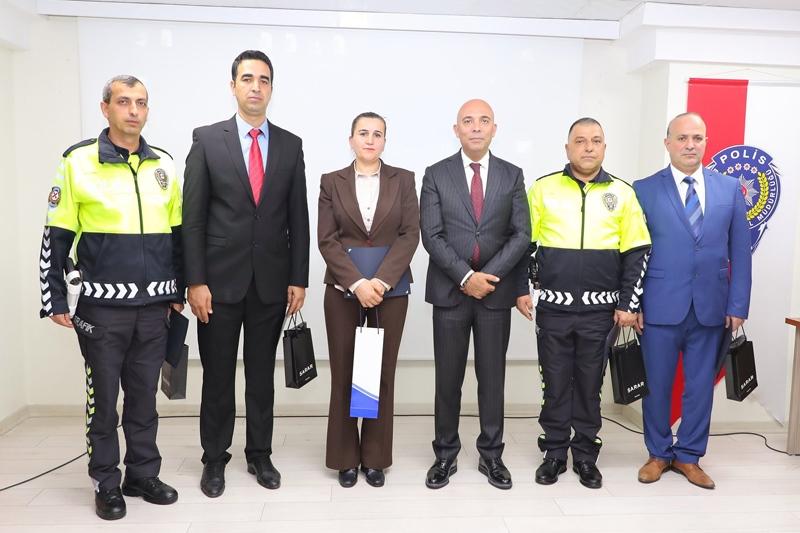Vatandaşın Beğeni ve Taktir Ettiği Mersin Şehir Hastanesinde Görevli Emniyet Personeline Müdür Şahne'den Ödül