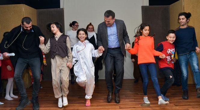 Yenişehir Belediye Başkanı Abdullah Özyiğit, Minik Tiyatrocularla Horon Oynadı