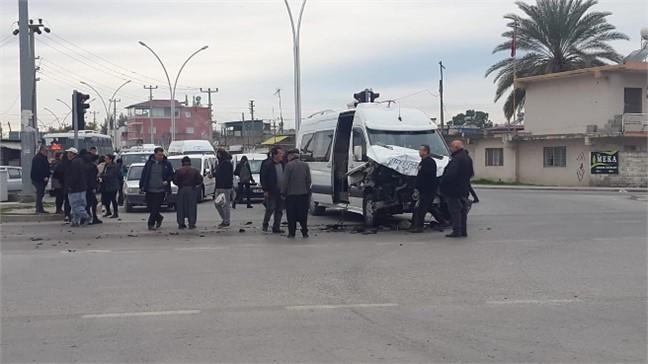 Mersin Tarsus'ta Feci Kaza: Öğrenci Servisine Yolcu Otobüsü Çarptı