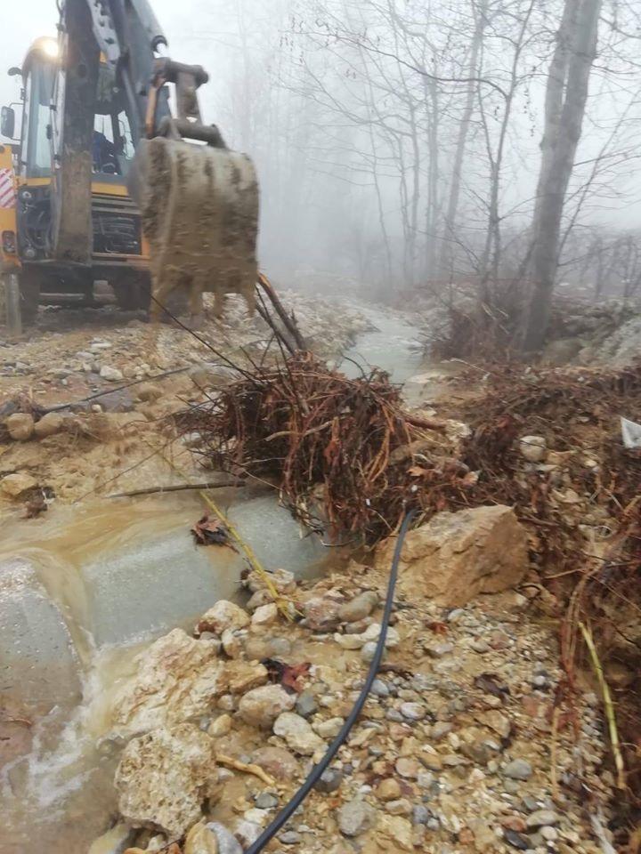 Mersin Çamlıyayla'da Yaşanan Şiddetli Sağanak Yağışın Yol Açtığı Hasarlar İlçe Belediyesi Ekiplerince Giderilmeye Devam Ediliyor