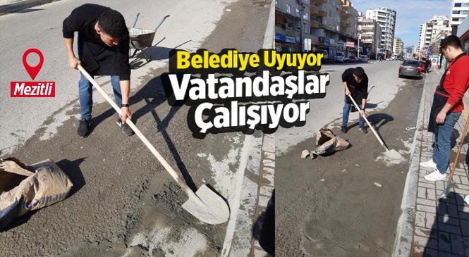 Mersin Mezitli'de Vatandaş Bozulan Yollardaki Çukurları Kendi Kapatıyor!