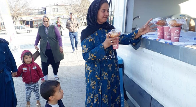 İşçi ve Öğrencilerin İçleri Büyükşehir'in Dağıttığı Çorbayla Isınıyor