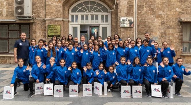U18 ve U14 Sporcuları, Kazandıkları Kupaları Mersin Büyükşehir Belediye Başkanı Vahap Seçer'e Sundu