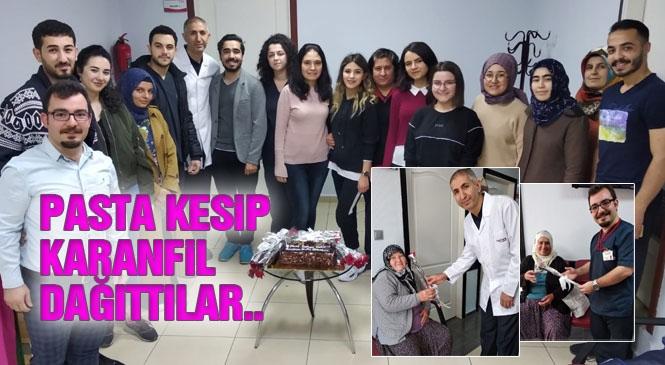 Aktif Yaşam Tıp Merkezi, Personel ve Hastaları İle Birlikte 8 Mart Dünya Kadınlar Günü'nü Pasta Kesip, Karanfil Dağıtarak Kutladı