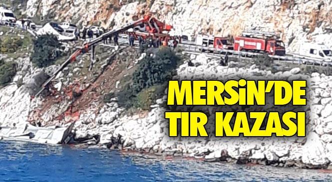 Mersin'de TIR Kazası! Mersin Silifke D400 Karayolu Atakent Mahallesinde Domates Yüklü TIR Bariyerlere Çarpıp Denize Uçtu:1 Ölü