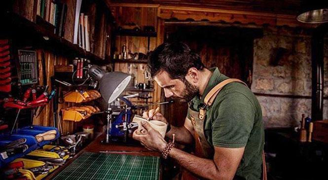 Tarsuslu Genç Örsan Sami Şener El Sanatlarıyla Büyülüyor! Ahşap, Deri ve Bıçak İşçiliği İle Kampçıların Uğrak Noktası Olacak