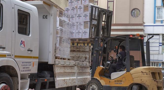 Büyükşehir, Esnafa Dar Günlerinde Gıda Kolisi Ulaştırıyor! Mersin'de 15 Binin Üzerinde Esnaf Genelgeler Çerçevesinde Kepenk Kapattı, Büyükşehir Dertlerine Çare Oldu