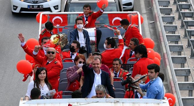 Binlerce Mersinli Evlerinin Balkonundan Coşkuya Ortak Oldu! Başkan Seçer, Üstü Açık Otobüsle Turlayarak Mersinliler'in Bayramını Kutladı
