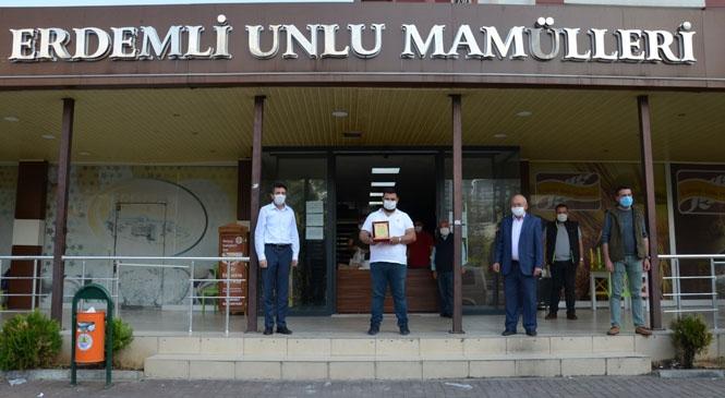 """Mersin Erdemli'de Örnek Esnafa İlçe Kaymakamı Kula'dan """"Teşekkür"""" Plaketi"""