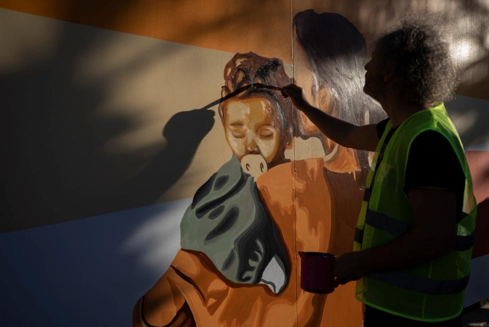 Sanatın ve Doğanın Kenti Mersin'de Güzel Şeyler Oluyor! Mersin'deki Meydanlarda Bulunan Yapılarda Barış, Özgürlük, Kadın, Çocuk ve Gençlik Temalı Resimlerle Kuşatılıyor