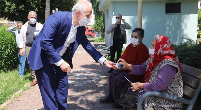 Akdeniz Belediye Başkanı Gültak, Parklara Akın Eden Yaşlı Vatandaşlarla Sohbet Etti