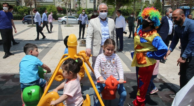 Akdeniz Belediye Başkanı Gültak, Haftalar Sonra Sokağa Kavuşan Miniklerle Buluştu