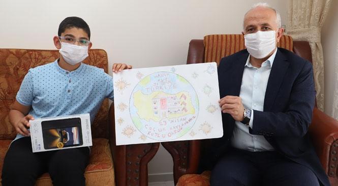 Akdeniz Belediye Başkanı Gültak, Şiir ve Resim Yarışmasının Birincilerine Ödüllerini Verdi