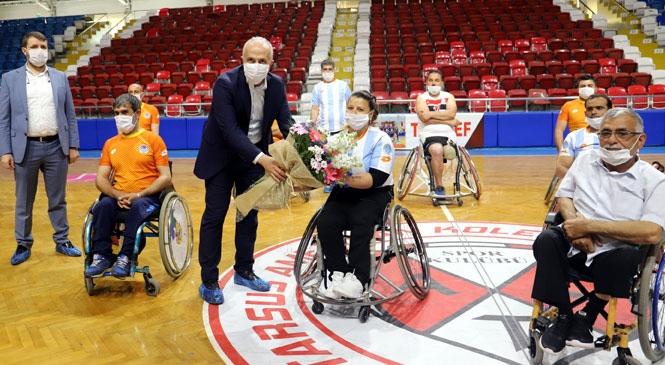 Akdeniz Belediye Başkanı Gültak, Tekerlekli Sandalyeye Oturdu, Engelli Sporcularla Basketbol Oynadı