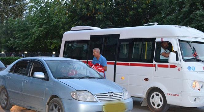Tarsus ve Çamlıyayla'da Bayrak Dağıtıldı