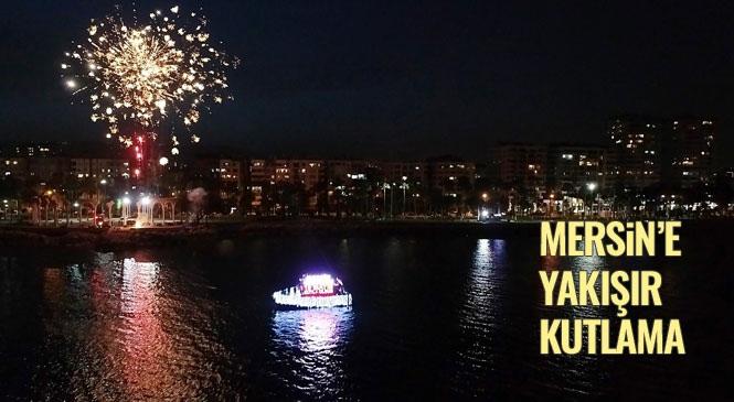 """Mersin'de 19 Mayıs Akşamı Gökte Havai Fişek, Denizde ise Tekneli Kutlama! """"Her Şey Güzel Olacak"""" Şarkısıyla Başlayan 19 Mayıs Kutlamaları Mersin'de Gün Boyu Sürdü"""