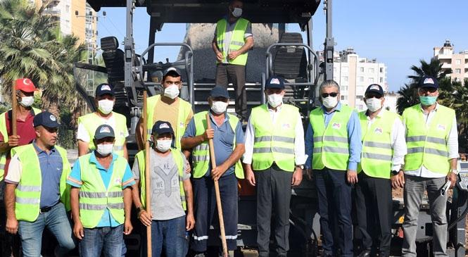 Mersin Büyükşehir Belediye Başkanı Vahap Seçer, 36. Cadde'deki Sıcak Asfalt Kaplama ve Kaldırım Yapım İşini Yerinde İnceledi