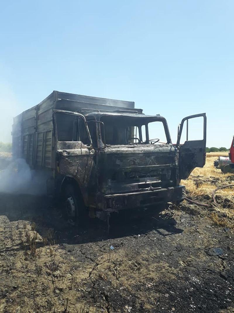 Mersin Tarsus'ta Tarladan Buğday Yükleyen Kamyon Yanarak Kullanılamaz Hale Geldi