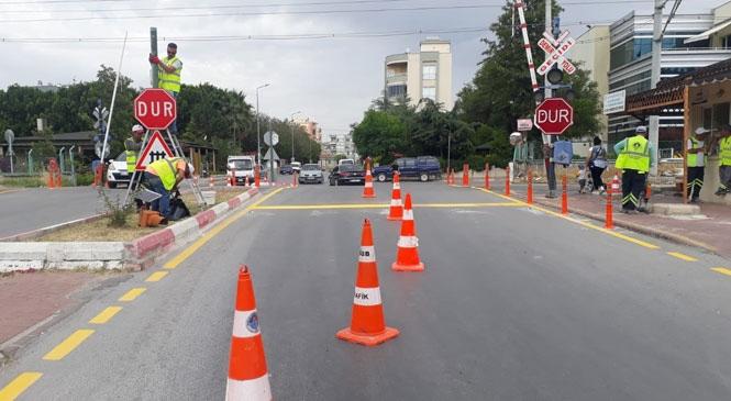 Büyükşehir'den, Tarsus'taki Hemzemin Geçitlerde Bakım Çalışması! Hemzemin Geçitlerde Yıpranan Levhalar Değiştirildi, Yol Çizgileri Çizildi