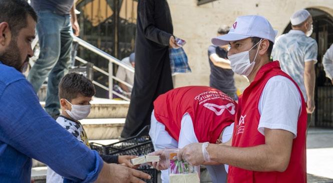 Mersin'de Cuma Namazı Çıkışı Vatandaşlara Sabun Paketi Dağıtıldı