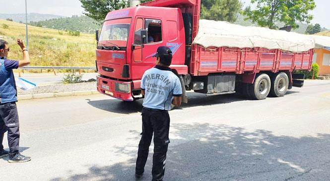 Mersin'de Zabıtadan Otoyolda Sebze Yüklü Araçlara Künye Kontrolü