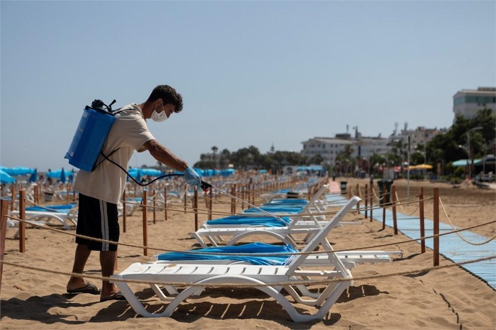 Mersin'deki Halk Plajlarında Sosyal Mesafe ve Hijyen Kuralları En Üst Düzeyde! Yurttaşlar Denize Gönül Rahatlığıyla Girebilsin Diye Büyükşehir Ekipleri Görevde