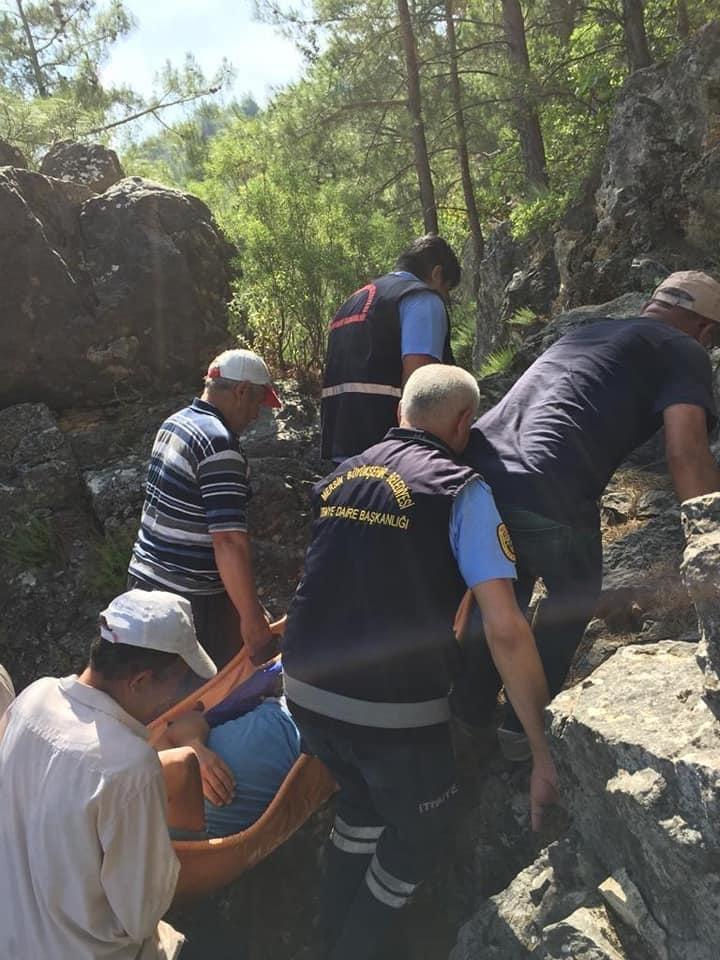Dağlık Bölgede Çıktığı Ağaçtan Düşen Adamı İtfaiye Ekipleri Taşıdı