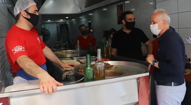Başkan Gültak, İstiklal Caddesi Esnafını Ziyaret Etti! Renkli Görüntülere Sahne Olan Ziyarette, Vatandaşlara Yüzlerce Maske de Dağıtıldı
