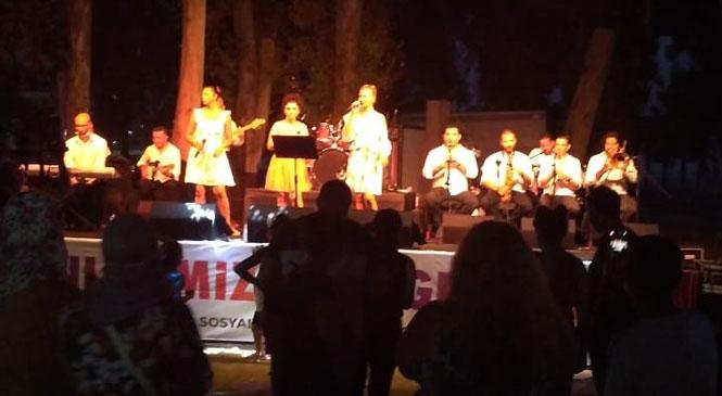 Mersin'de Kentin Farklı Noktalarından Ezgiler Yükseliyor! Mersinliler Yakamoz Eşliğinde Konser Dinledi