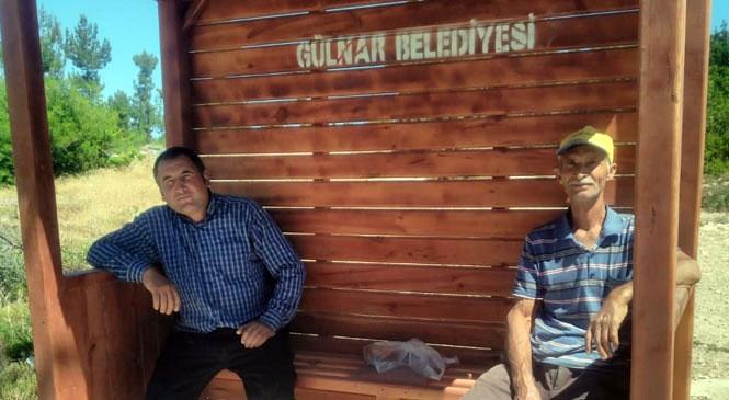 Gülnar Belediyesi Mahalle Aralarına Ahşap Duraklar Yerleştirmeye Devam Ediyor