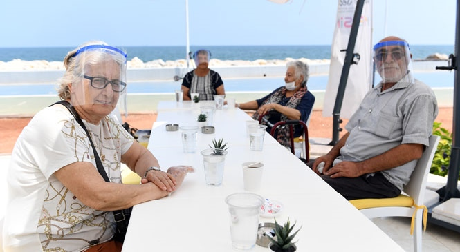 65 Yaş Üstü Yurttaşlar, Büyükşehir'in Güvenli Normalleşme Programıyla Sahilde Ferahladı