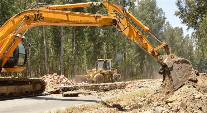 Mersin Tarsus'ta Karabucak Ormanı İçindeki Bataklık Alandan Geçen Yolun Zemini Kayalarla Güçlendiriliyor