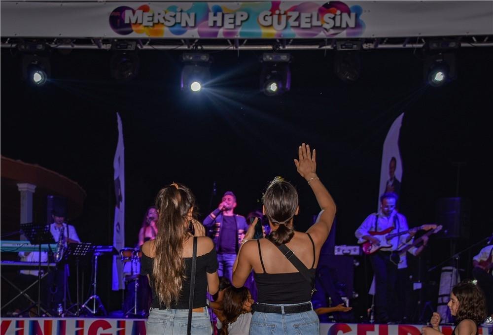 Mersin'de Sosyal Mesafeli Konserler Kent'e Festival Havası Katıyor! Sandalyesini Kapan Mersinli Büyükşehir'in Konserlerine Koştu