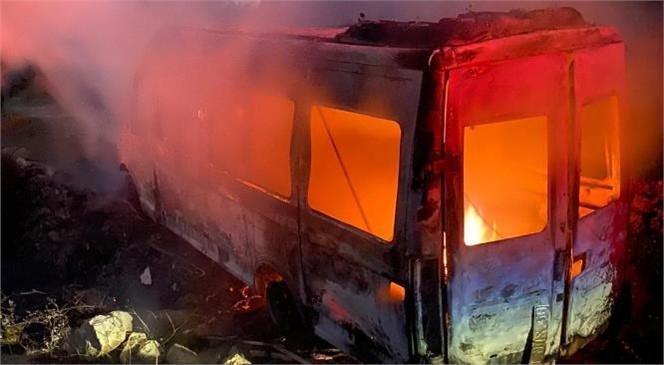 Mersin'in Tarsus İlçesinde Kırsalda Yer Alan Belen Mahalle Yolunda İşçi Servis Minibüsü Yandı