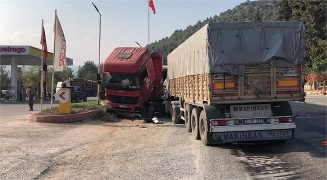 Mersin'in Tarsus İlçesinde Park Halindeki Kamyona Çarpan Tırın Sürücüsü Hayatını Kaybetti