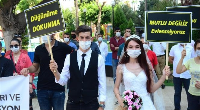 """Mersin'de Gelinli Damatlı Basın Açıklaması! Düğün Sektörü """"Yeni Tedbirlerle İşletmelerin Yeniden Açılması"""" İçin Mersin'de Açıklama Yaptı"""