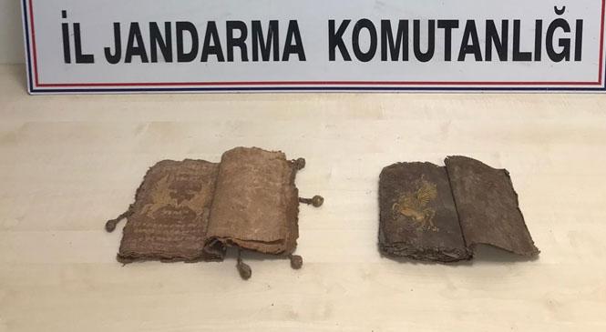 3 Suriyeli Kitabı Satmak İçin Müşteri Arıyordu! Mersin Tarsus'ta Deriye İşlenmiş ve Üzerinde Yazı İle Hayvan Figürü Bulunan 2 Eski Kitap Bulundu