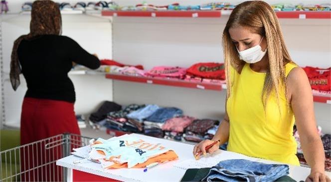 """Dar Gelirlilere """"Kıyafet Evi"""" İle Yardım Elini Uzatmaya Devam Eden Mersin Büyükşehir Belediyesi'nin """"Kıyafet Evi"""" 1500 Aileye Ulaştı!"""