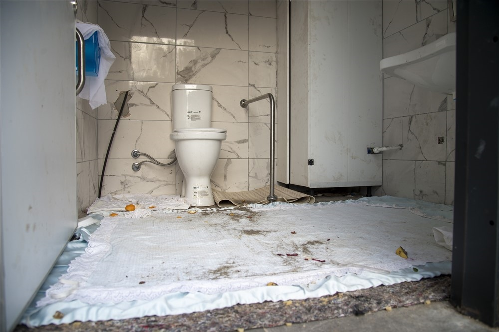 Mersin'in Tek Düşmanı Şehir Magandaları! Bunun Adı Vandallık, Sahildeki Tuvaletleri Yatakhaneye Çevirdiler!