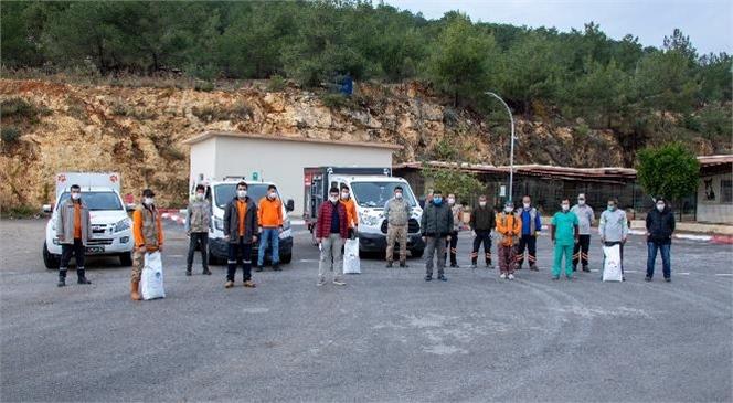 Mersin Büyükşehir Ekipleri, Sokağa Çıkma Yasağında da Patilileri ve Kanatlı Dostları Besledi